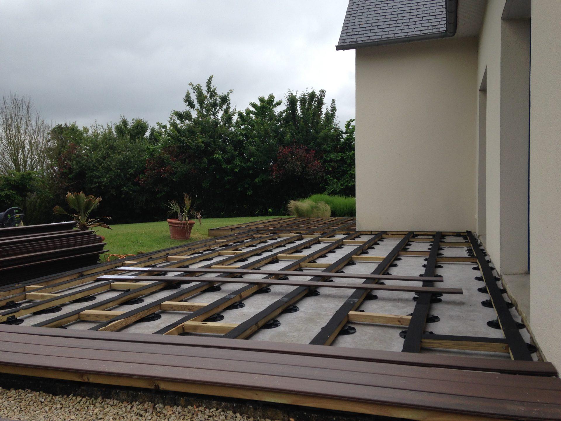 Réussir la pose de terrasse sur plots à Rennes